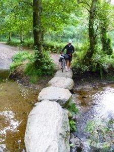 Paso de piedra sobre el Río Catasol