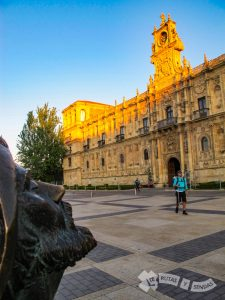 Estatua del peregrino admirando el Parador de León