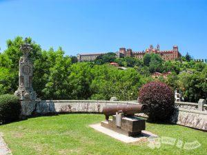 Palacio de Sobrellano y Universidad Pontificia de Comillas al fondo