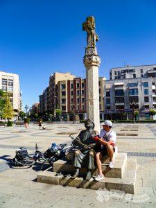 Estatua homenaje al Peregrino (León)