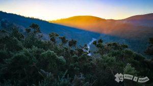 Amanacer abriéndose paso entre el monte