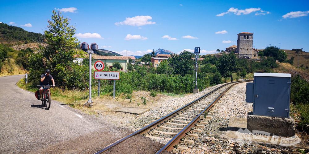 Línea ferrocarril a la salida de Yugueros