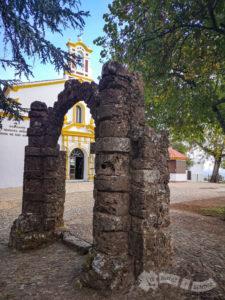 Arco de los novios y Santuario Nuestra Señora Reina de los Ángeles