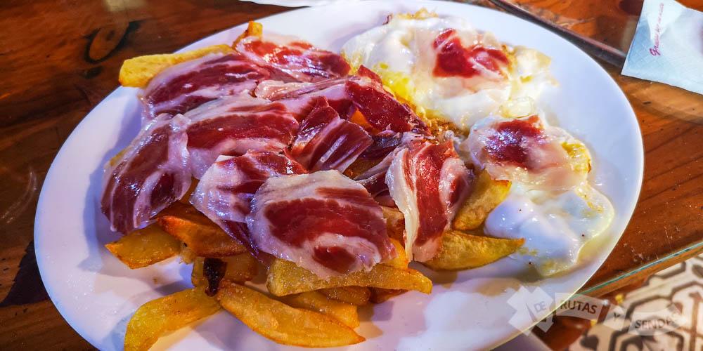 Huevos fritos con patatas y jamón ibérico