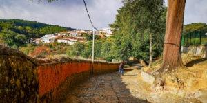 Calles empedradas entrando a Valdelarco