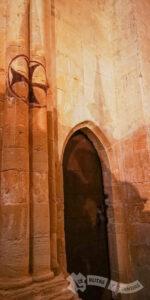 Cruz de Malta y puerta gótica