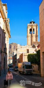 Iglesia de las Santas Rufina y Justa y Cruz de la Muela al fondo