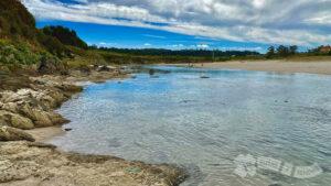 Vadeo del río Esteiro por la Playa de Seiruga