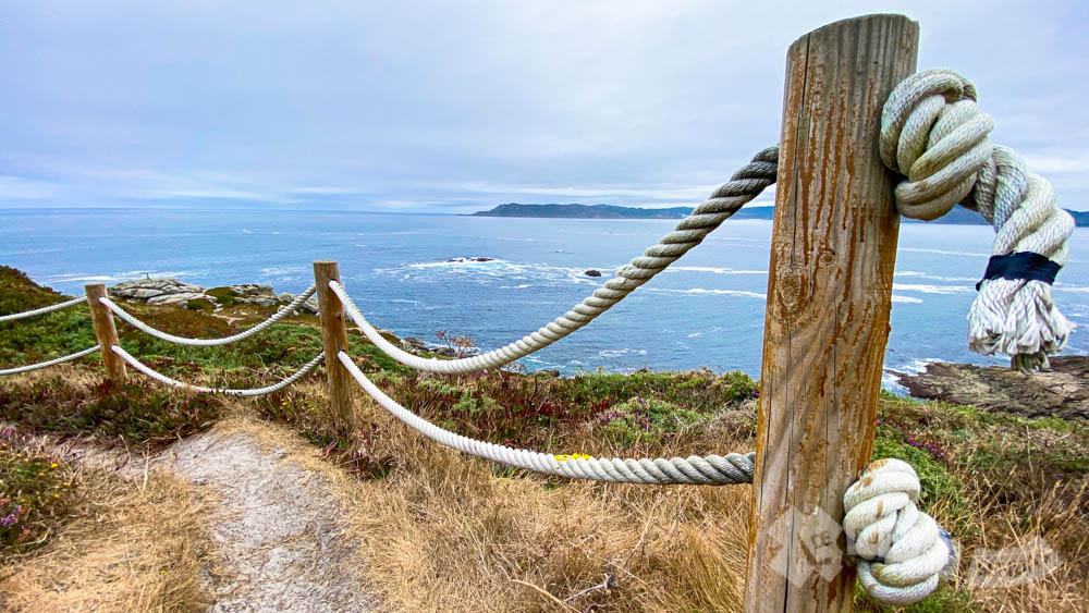 Balaustrada de cuerda y postes de madera