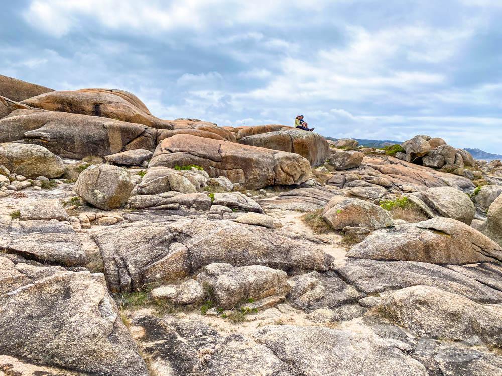 Chemi y Marisa disfrutando sobre una roca